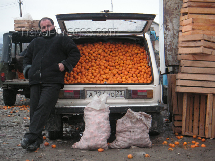 abkhazia16: Georgia - Abkhazia - Psou /Russian border: a Russian merchant sells mandarins - car boot - Lada (photo by A.Kilroy) - (c) Travel-Images.com - Stock Photography agency - Image Bank
