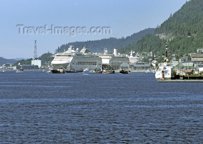 alaska111: Alaska - Juneau: cruise ships docked (photo by A.Walkinshaw) - (c) Travel-Images.com - Stock Photography agency - Image Bank