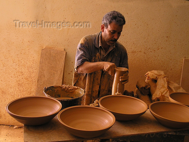 algeria124: Algeria / Algerie - M'chouneche - Biskra wilaya: pottery workshop - potter at work - photo by J.Kaman - atelier de poterie - le tournage - le potier façonne l'objet sur le tour - (c) Travel-Images.com - Stock Photography agency - Image Bank