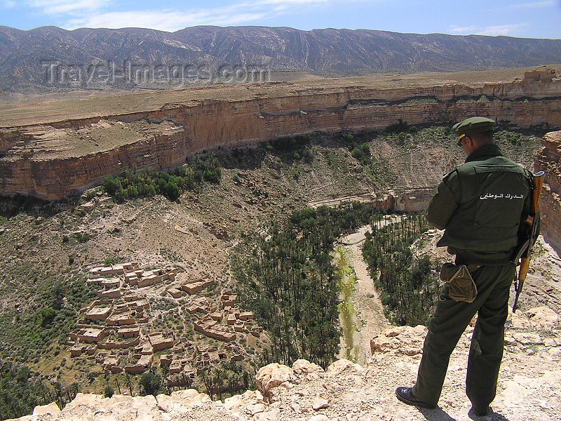 algeria131: Algeria / Algerie - Gorges de Tighanimine - El Abiod - Batna wilaya -  Massif des Aurès: policeman on the edge - photo by J.Kaman - policier sur le bord - (c) Travel-Images.com - Stock Photography agency - Image Bank