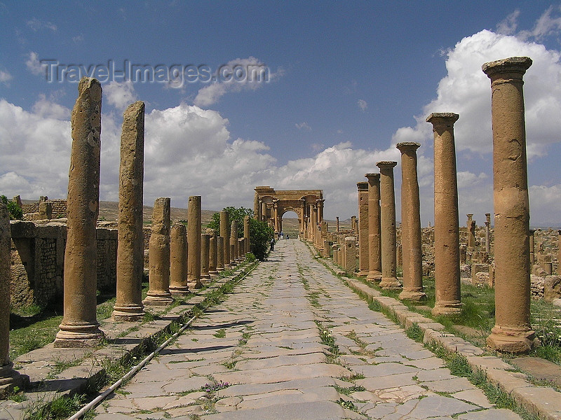 algeria143: Algeria / Algerie - Timgad - Batna wilaya / Thamugadi / Thamugas: UNESCO listed Roman ruins - UNESCO World Heritage - Decumanus Maximus - photo by J.Kaman - Ruines romaines énumérées de l'UNESCO - (c) Travel-Images.com - Stock Photography agency - Image Bank