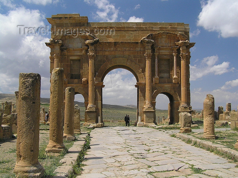 algeria144: Algeria / Algerie - Timgad / Thamugas: Roman ruins - Arch of Trajan - west end of the decumanus - UNESCO world heritage - photo by J.Kaman - Ruines romaines - Arc de Trajan - extrémité ouest du decumanus - (c) Travel-Images.com - Stock Photography agency - Image Bank