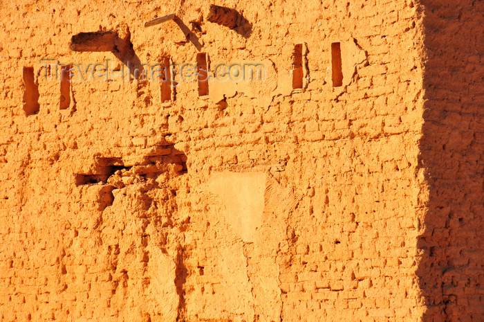 algeria262: Biskra, Algeria / Algérie: old wall eroded by the sand storms - photo by M.Torres | 	