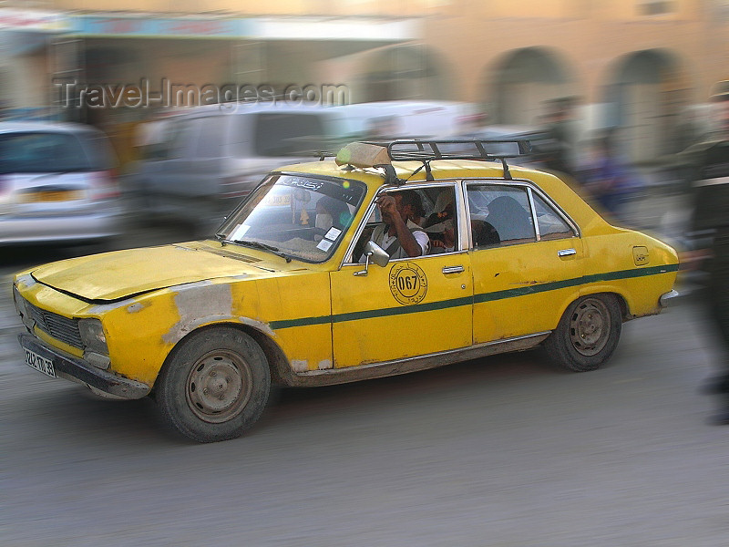algeria27: Algeria / Algerie - El Oued: taxi on the move - Peugeot 504 - photo by J.Kaman - (c) Travel-Images.com - Stock Photography agency - Image Bank
