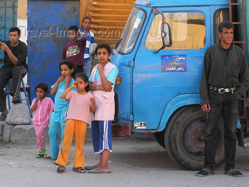 algeria28: Algeria / Algerie - El Oued: girls and blue truck - photo by J.Kaman - filles et camion bleu - (c) Travel-Images.com - Stock Photography agency - Image Bank