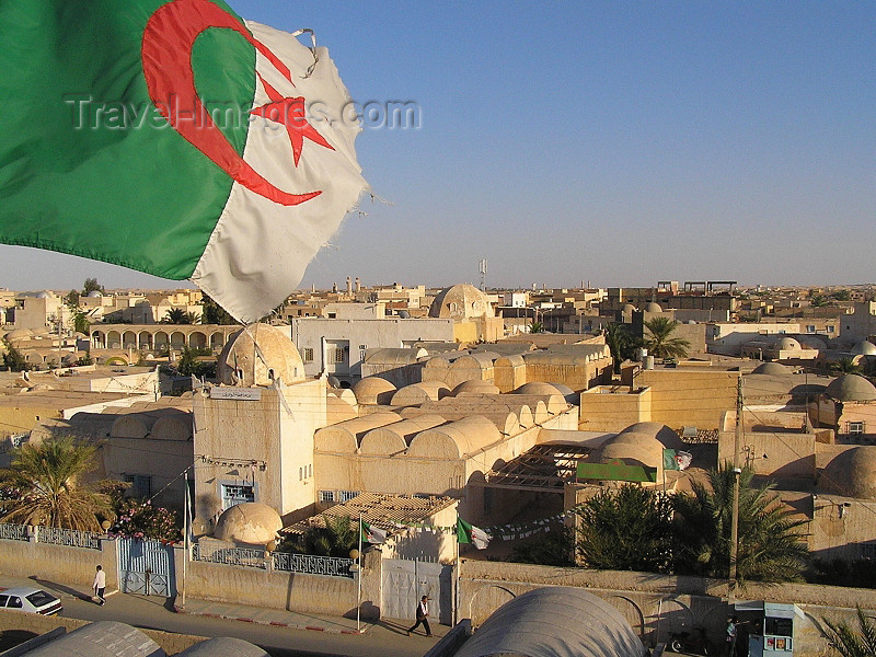 algeria30: Algeria / Algerie - El Oued: Algerian flag over the town - photo by J.Kaman - Drapeau algérien au-dessus de la ville - (c) Travel-Images.com - Stock Photography agency - Image Bank