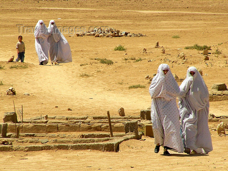 algeria38: Algeria / Algerie - Touggourt - Wilaya de Ouargla: women on a dusty path- the town is named after a slave of legendary beauty and of mixed Portuguese-Berber origin - photo by J.Kaman - femmes sur un chemin poussiéreux - nommée d'aprés une esclave origine berbéro-portugaise à la beauté légendaire - (c) Travel-Images.com - Stock Photography agency - Image Bank