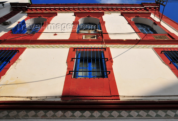 algeria454: Algiers / Alger - Algeria / Algérie: red and white façade on Djenina square, rue Hadj Omar - lower casbah / el-Wata - UNESCO World Heritage Site | façade - place de la Djenina - rue Hadj Omar (ex-rue Bruce) ville basse - Casbah d'Alger - Patrimoine mondial de l'UNESCO - photo by M.Torres - (c) Travel-Images.com - Stock Photography agency - Image Bank