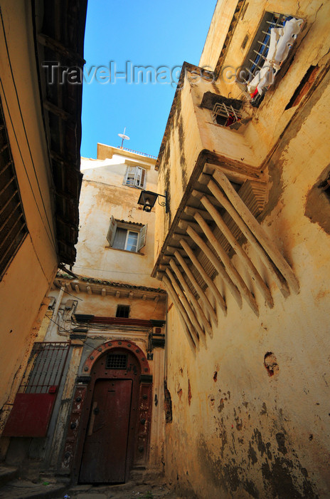 algeria468: Algiers / Alger - Algeria / Algérie: picturesque alley and balcony supported by wooden brackets - Kasbah of Algiers - UNESCO World Heritage Site | impasse pittoresque et oriel sur corbeaux de bois - Casbah d'Alger - Patrimoine mondial de l'UNESCO - photo by M.Torres - (c) Travel-Images.com - Stock Photography agency - Image Bank