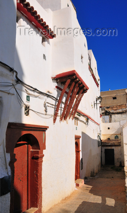 algeria482: Algiers / Alger - Algeria / Algérie: moorish door and balcony supported by wooden brackets - Kasbah of Algiers - UNESCO World Heritage Site | porte mauresque et oriel sur corbeaux de bois - haute-Casbah - Patrimoine mondial de l'UNESCO - photo by M.Torres - (c) Travel-Images.com - Stock Photography agency - Image Bank