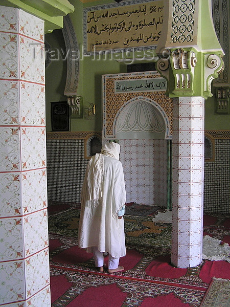algeria49: Algeria / Algerie - Tamellaht - El Oued wilaya: the mosque of Sidi El Hajj Ali - man at the mihrab - Qibla - photo by J.Kaman - mosquée de Sidi Hajj Ali - homme au mihrab - Qibla - (c) Travel-Images.com - Stock Photography agency - Image Bank