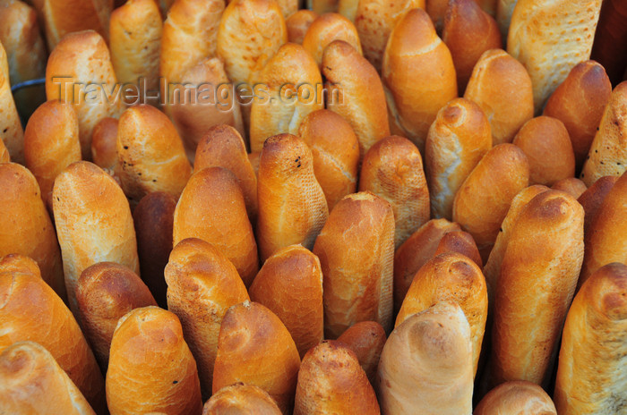 algeria510: Algiers / Alger - Algeria / Algérie: bread - French style baguettes for sale - Martyrs square | pain - baguettes - Place des Martyrs - photo by M.Torres - (c) Travel-Images.com - Stock Photography agency - Image Bank