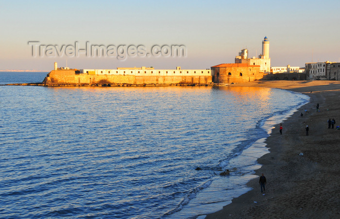 algeria530: Algiers / Alger - Algeria / Algérie: fortifications of Ilot de la Marine and the beach along Boulevard Amara Mohamed Rachid - Mediterranean coast | Îlot de la Marine et la plage du Bd Amara Mohamed Rachid, ex Bd Amiral Pierre - photo by M.Torres - (c) Travel-Images.com - Stock Photography agency - Image Bank