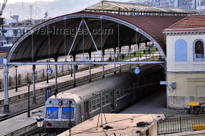 algeria548: Algiers / Alger - Algeria / Algérie: commuter train - central train station | train de banlieue - gare du chemin de fer - gare central - photo by M.Torres - (c) Travel-Images.com - Stock Photography agency - Image Bank