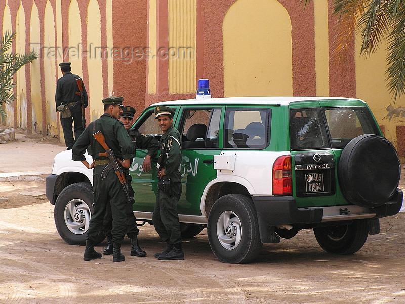 algeria58: Algeria / Algerie - Ouargla / Wargla: Police patrol - 4wd - photo by J.Kaman - Patrouille de police - Véhicule tout-terrain - (c) Travel-Images.com - Stock Photography agency - Image Bank