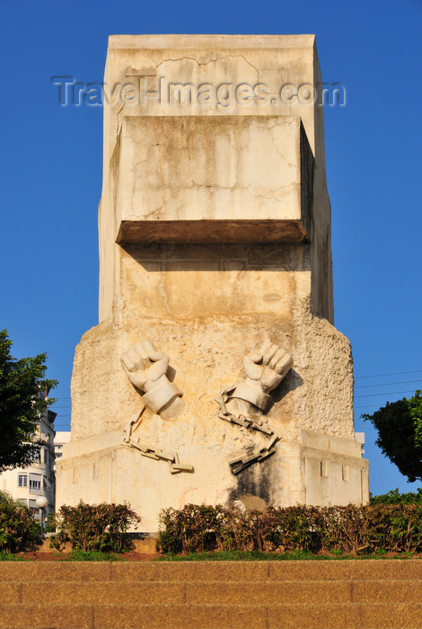 algeria618: Algiers / Alger - Algeria / Algérie: floral clock park - the French war memorial was covered in concrete and became the monument to the victims of the revolution - Boulevard Khemisti | parc de l'horloge florale - monument aux victimes de la révolution sur le Bd Khemisti, ex-Laferrière, ex-Monument aux Morts - photo by M.Torres - (c) Travel-Images.com - Stock Photography agency - Image Bank