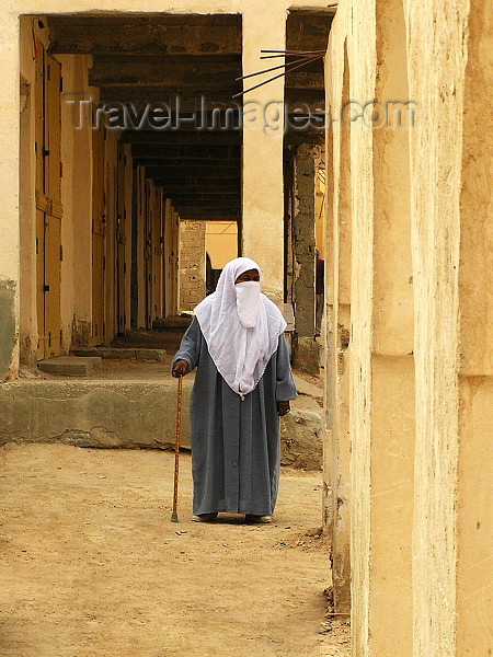 algeria62: Algeria / Algerie - Ouargla / Wargla: covered woman - photo by J.Kaman - femme couverte - (c) Travel-Images.com - Stock Photography agency - Image Bank