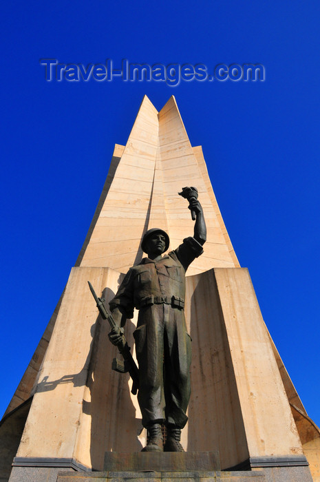 algeria652: Algiers / Alger - Algeria / Algérie: Monument of the Martyrs of the Algerian War - soldier statue | Monument des martyrs de la guerre d'Algérie - soldat de l'ALN - photo by M.Torres - (c) Travel-Images.com - Stock Photography agency - Image Bank