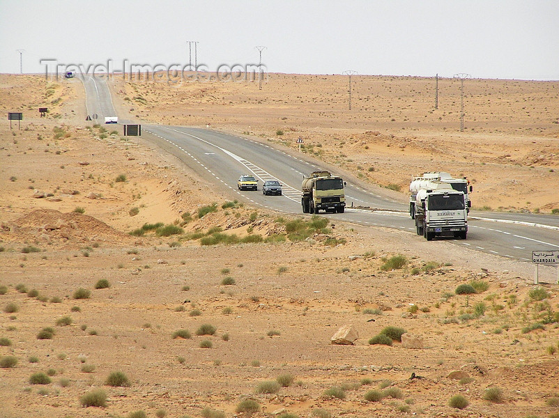 algeria69: Algeria / Algerie - Sahara: road across the desert - photo by J.Kaman - route à travers le désert - (c) Travel-Images.com - Stock Photography agency - Image Bank
