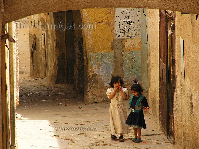 algeria79: Algeria / Algerie - M'zab - Ghardaïa wilaya: girls in the backstreets of Ghardaia - photo by J.Kaman - filles dans une ruelle de Ghardaia - (c) Travel-Images.com - Stock Photography agency - Image Bank