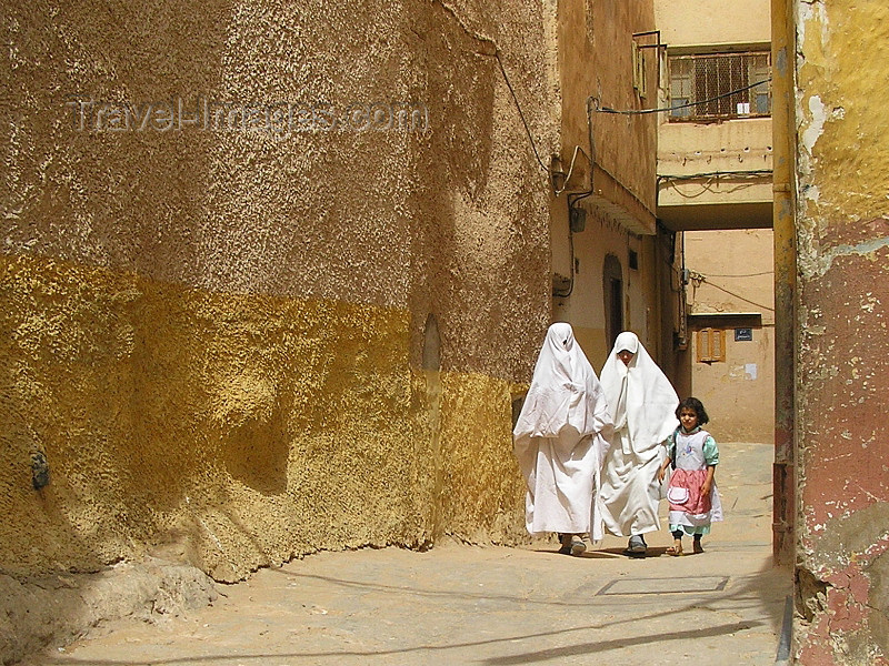 algeria80: Algeria / Algerie - M'zab - Ghardaïa wilaya: covered women - photo by J.Kaman - femmes couvertes - (c) Travel-Images.com - Stock Photography agency - Image Bank