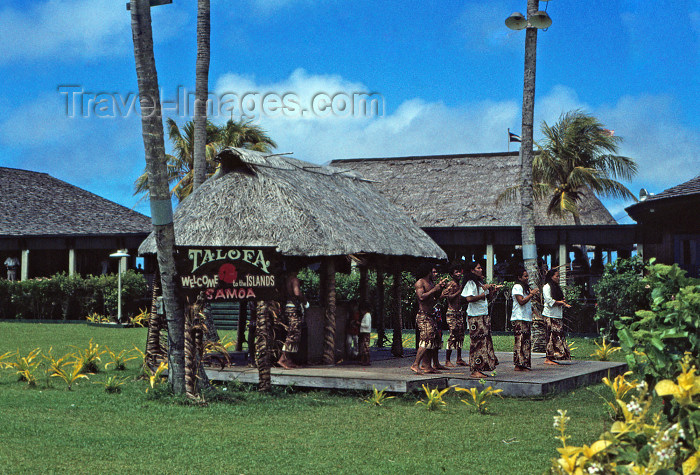 american-samoa1: Pago Pago, American Samoa: welcome at the airport - Samoan dancers and 'Talofa' the Samoan national greeting - photo by G.Frysinger - (c) Travel-Images.com - Stock Photography agency - Image Bank