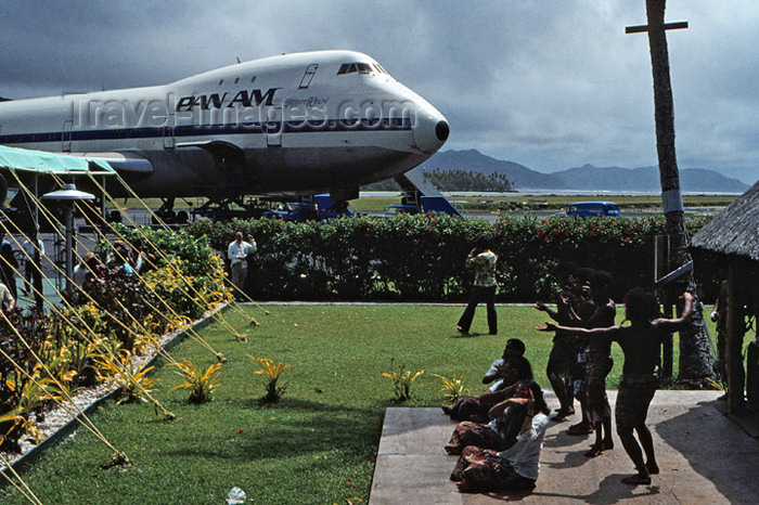 american-samoa2: Pago Pago, American Samoa: dancers and Pan-Am Boeing 747 at the airport - photo by G.Frysinger - (c) Travel-Images.com - Stock Photography agency - Image Bank