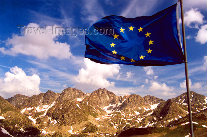 andorra31: Andorra - Port d'Envalira: fatherland / pátria / patrie - European flag and the Pyrenees - European Union flag - photo by M.Torres - (c) Travel-Images.com - Stock Photography agency - Image Bank