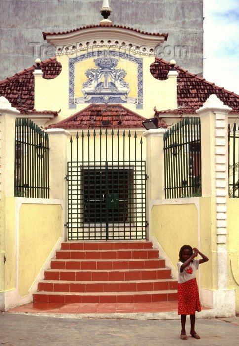 angola13: Angola - Luanda - girl an colonial architecture - menina e arquitectura colonial - images of Africa by F.Rigaud - (c) Travel-Images.com - Stock Photography agency - Image Bank