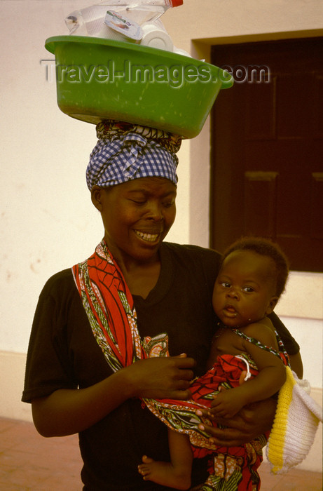 angola15: Angola - Luanda - woman with baby carrying large bowl on her head -  mulher com bebé ao colo e alguidar na cabeça - images of Africa by F.Rigaud - (c) Travel-Images.com - Stock Photography agency - Image Bank
