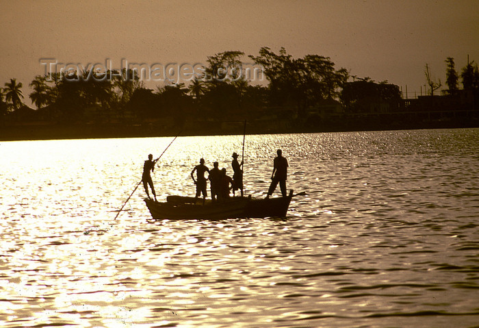 angola23: Angola - Luanda - fishermen in the bay - sunset - pescadores na ba&#237;a ba&#237;a de Luanda - images of Africa by F.Rigaud - (c) Travel-Images.com - Stock Photography agency - Image Bank