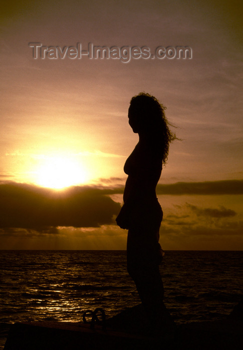 angola28: Angola - Luanda - woman silhouette by the Ocean - silhueta de mulher junto ao Atlântico - images of Africa by F.Rigaud - (c) Travel-Images.com - Stock Photography agency - Image Bank