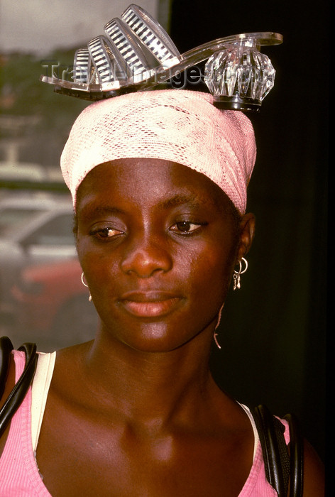 angola31: Angola - Luanda - market seller with shoe on her head - quitandeira com sapato na cabeça - quitanda - images of Africa by F.Rigaud - (c) Travel-Images.com - Stock Photography agency - Image Bank