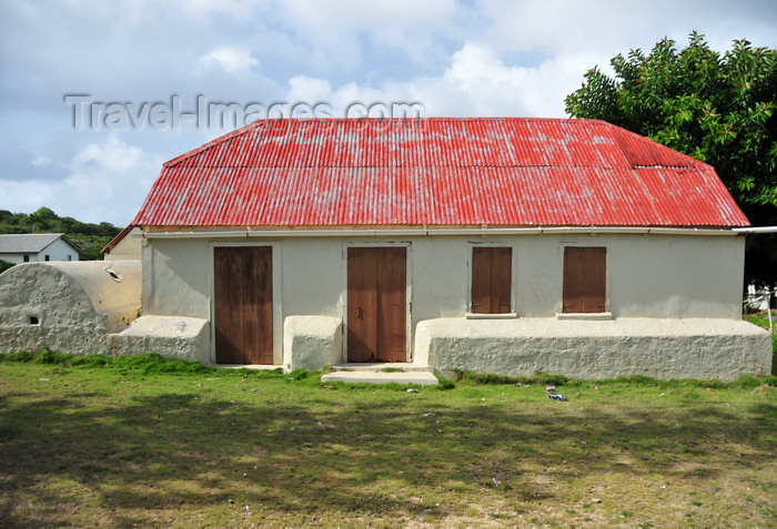 anguilla55: The Valley, Anguilla: old house with cistern - white-washed building with red roof - photo by M.Torres - (c) Travel-Images.com - Stock Photography agency - Image Bank