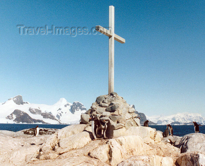 antarctica21: Petermann Island, Antarctica: peguins around a cairn with cross, commemorating the British explorers who died while crossing the sea ice in 1982 - photo by G.Frysinger - (c) Travel-Images.com - Stock Photography agency - Image Bank