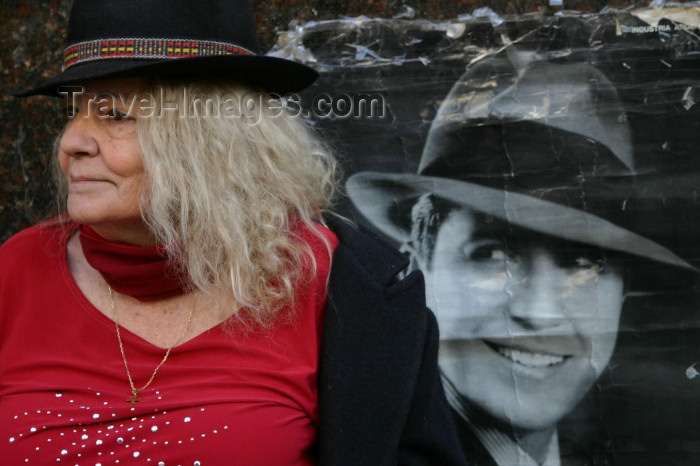 argentina64: Argentina - Buenos Aires: Tanguera with Gardel Portrait - San Telmo - Sunday at Plaza Dorrego (photo by N.Cabana) - (c) Travel-Images.com - Stock Photography agency - Image Bank