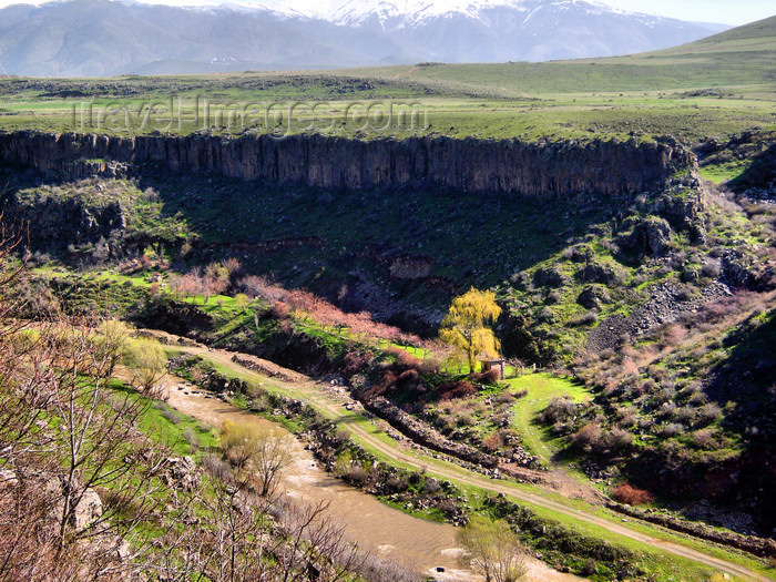 armenia84: Armenia - Lusakert / Arpavar, Ararat province: cliffs - canyon of the Hrazdan river - photo by S.Hovakimyan - (c) Travel-Images.com - Stock Photography agency - Image Bank