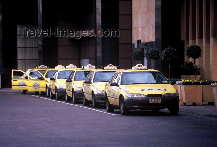 australia113: Australia - Melbourne (Victoria): taxi cabs - Silver top taxis - photo by Picture Tasmania/Steve Lovegrove - (c) Travel-Images.com - Stock Photography agency - Image Bank