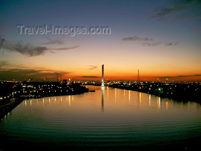 australia149: Australia - Melbourne (Victoria): Sunset on the Yarra River and Victoria Harbour - Bolte Bridge - photo by Luca Dal Bo - (c) Travel-Images.com - Stock Photography agency - Image Bank