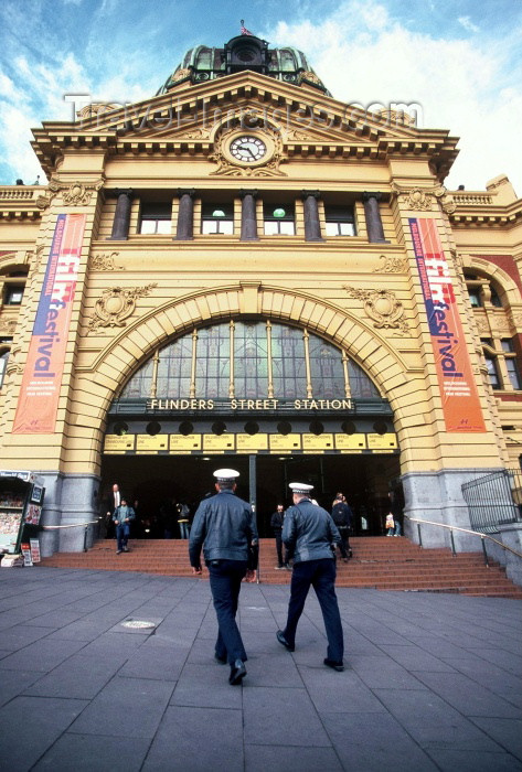 australia215: Australia - Melbourne (Victoria): Flinders street station - policemen - photo by Picture Tasmania/Steve Lovegrove - (c) Travel-Images.com - Stock Photography agency - Image Bank