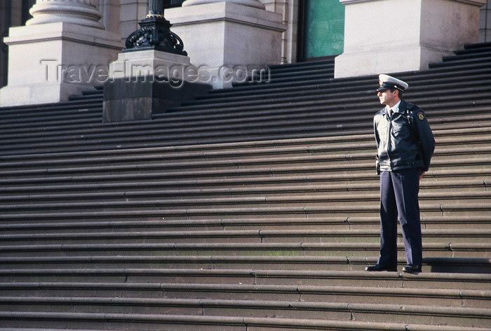 australia216: Australia - Melbourne (Victoria): policeman standing guard - Victoria Parliament house - photo by  Picture Tasmania/Steve Lovegrove - (c) Travel-Images.com - Stock Photography agency - Image Bank