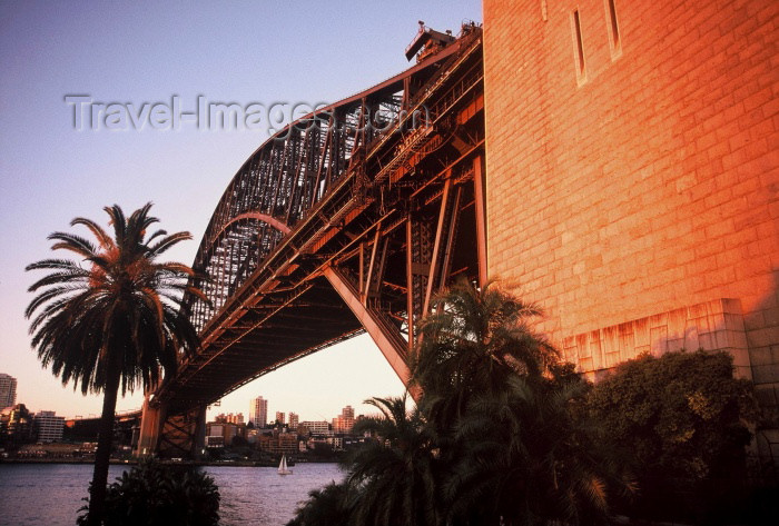 australia26: Australia - Sydney (NSW): Harbour Bridge - near one of the pillars  (photo by  Picture Tasmania/Steve Lovegrove) - (c) Travel-Images.com - Stock Photography agency - Image Bank