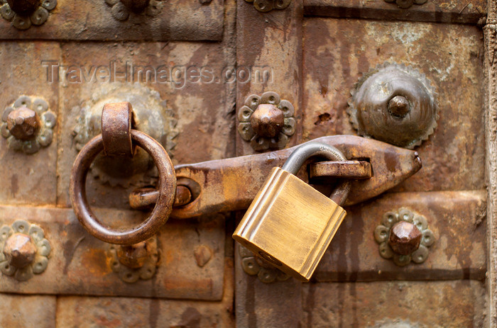australia641: Australia - Adelaide (SA): padlock on an old door - photo by S.Lovegrove - (c) Travel-Images.com - Stock Photography agency - Image Bank