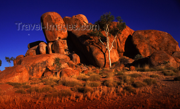 australia732: Devil's Marbles Conservation Reserve, NT, Australia: granite formation - photo by Y.Xu - (c) Travel-Images.com - Stock Photography agency - Image Bank