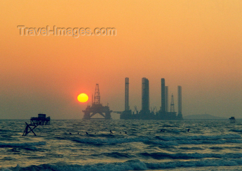 azer1: Azerbaijan - Shikhov - Abseron Yasaqligi - Baki Sahari: Caspian skyline - oil rig at sunset - photo by M.Torres - (c) Travel-Images.com - Stock Photography agency - Image Bank