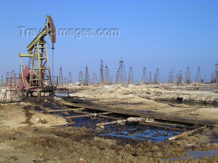 azer110: Baku district - Absheron peninsula, Azerbaijan: polluted soil and forest of oil derricks - photo by G.Monssen - (c) Travel-Images.com - Stock Photography agency - Image Bank