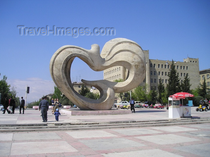 azer118: Azerbaijan - Sumgait - Sumqayit Sahari: friendship monument - a peace dove II (photo by F.MacLachlan) - (c) Travel-Images.com - Stock Photography agency - Image Bank