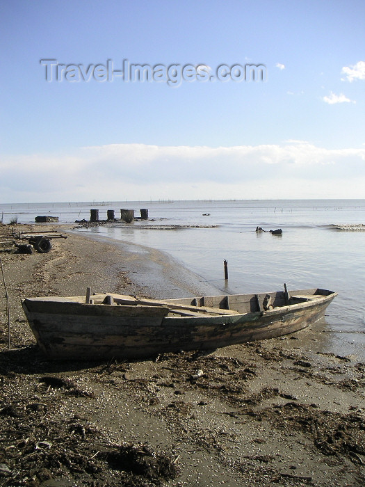 azer145: Azerbaijan - Narimanabad - near Port Ilyich - Lankaran Rayonu: derelict boat on Caspian sea shore (photo by A.Kilroy) - (c) Travel-Images.com - Stock Photography agency - Image Bank