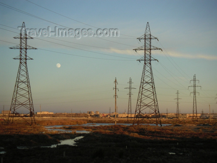 azer153: Azerbaijan - Surakhany / Suraxani - Absheron peninsula: electricity pylons - electricity network - photo by Austin Kilroy - (c) Travel-Images.com - Stock Photography agency - Image Bank