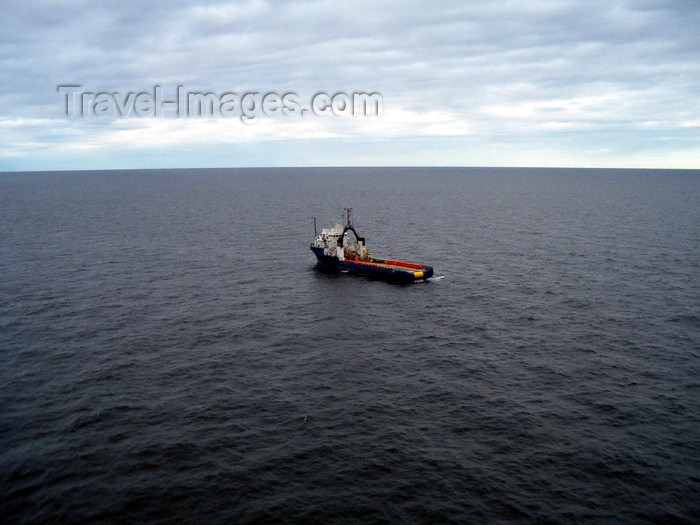 azer189: Caspian sea - tug boat use for oil rig transportation - Central Azeri section of Azeri-Chirag-Gunashli oil field - photo by L.McKay - (c) Travel-Images.com - Stock Photography agency - Image Bank